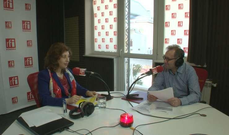 Raluca Vasilescu și Constantin Rudniţchi in studioul radio RFI