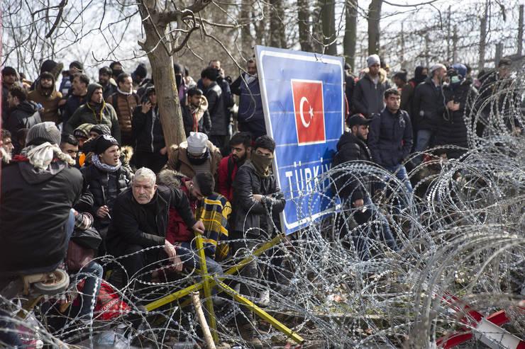 Zecii de mii de refugiați încearcă să intre din Turcia în Grecia