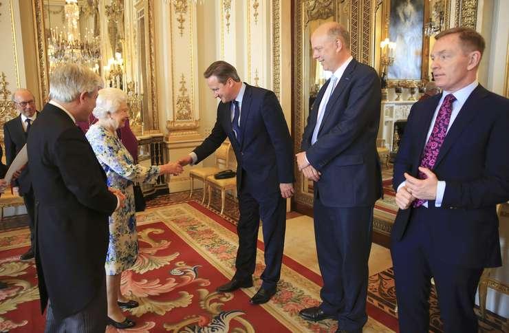 Regina Elisabeta a II-a dă mâna cu premierul David Cameron
