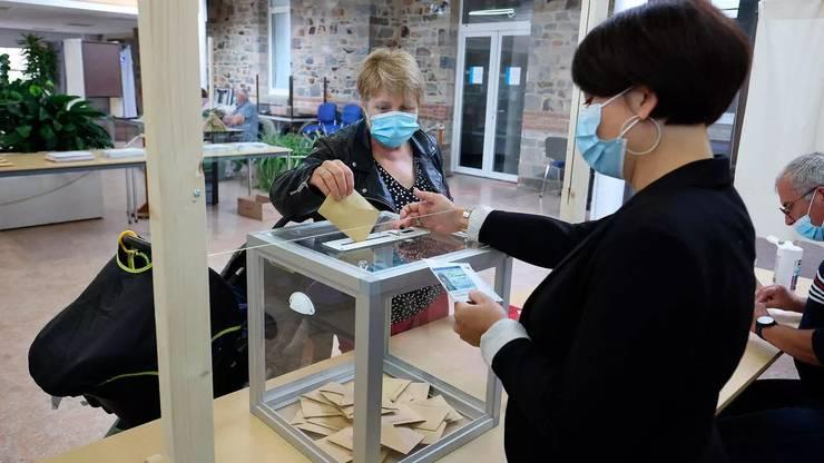 Operatiune de vot într-o sectie din Bretania, 27 iunie 2021.