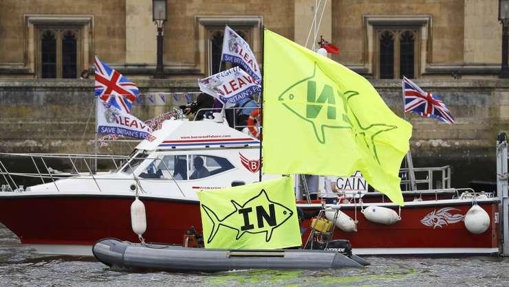 Partizanii celor două tabere, pe Tamisa, cu doar câteva zile înaintea referendumului din Marea Britanie (Foto: Reuters/Stefan Wermuth)
