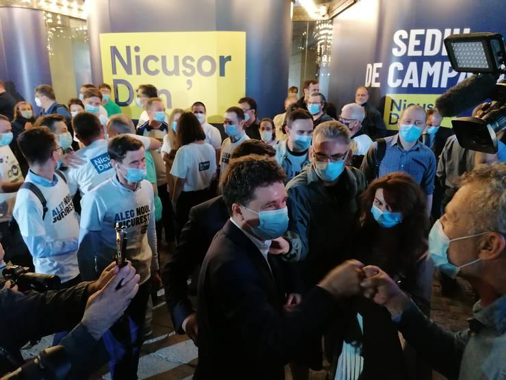 Nicușor Dan, felicitat de susținători, după ce a câștigat alegerile pentru Primăria Capitalei (Foto: RFI/Cosmin Ruscior)