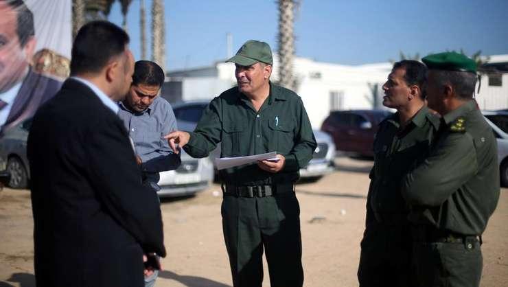 Reprezentanti ai Autoritatii Palestiniene la Rafah, post frontalier cu Egipt, în sudul Fâsiei Gaza, 1 noiembrie 2017