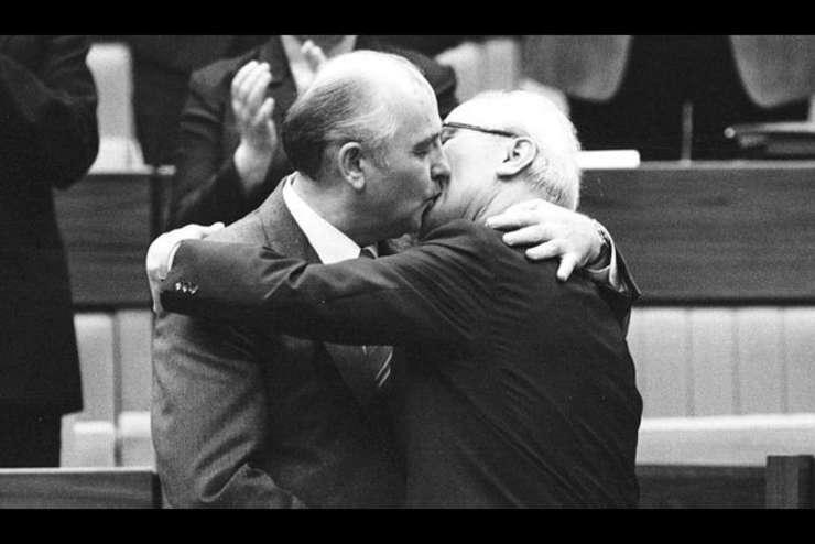"""I s-a spus şi """"sărutul morţii"""" – Gorbaciov în vizită la Honecker la început de octombrie 1989"""