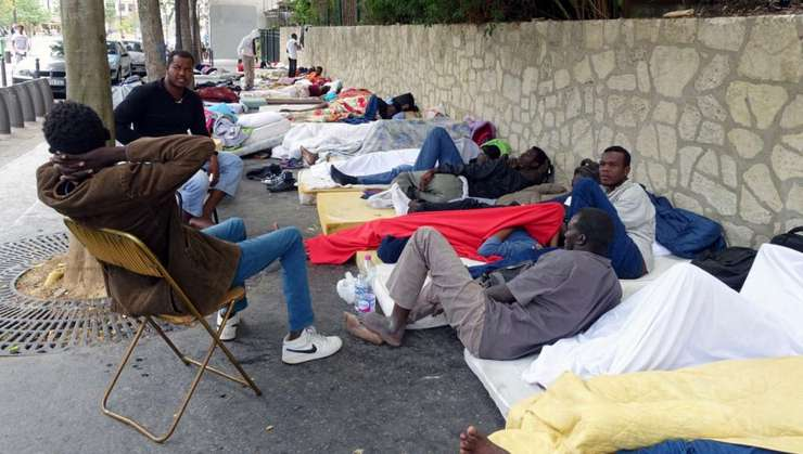 Migranti la Paris în asteptarea unei repartizari în centre de primire
