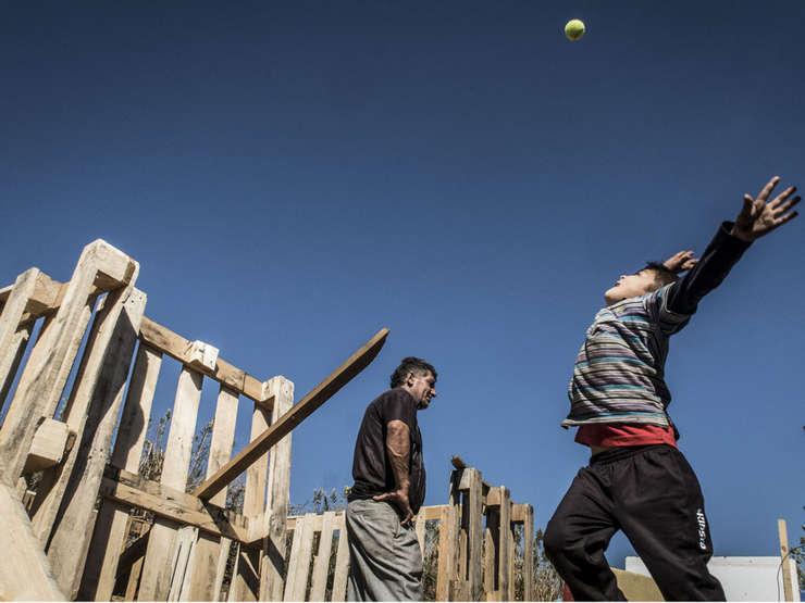 Copil care se joacà într-o tabàrà de romi din Vaux-en-Velin, lângà Lyon
