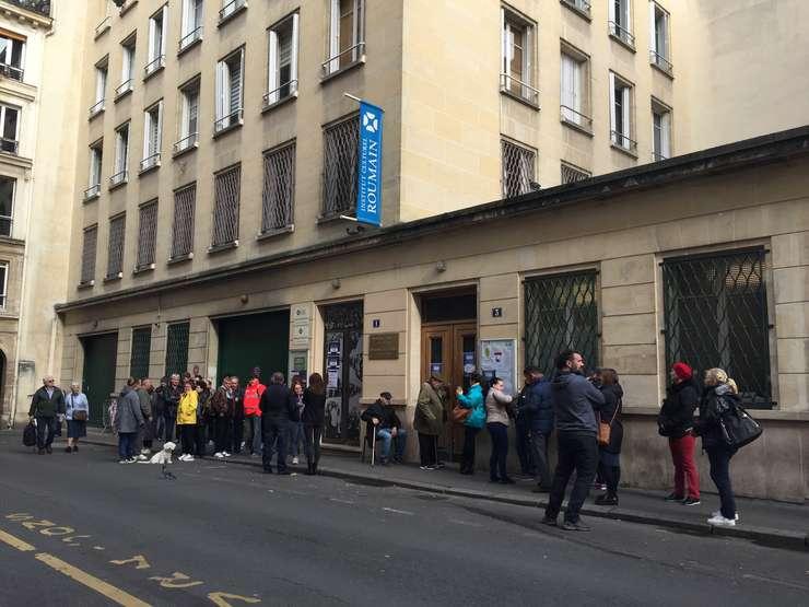 Români ce locuiesc în Franta asteapta sa voteze în cadrul alegerilor prezidentiale la Ambasada României si Institutul Cultural Român din Paris, aici fiind amenajate mai multe sectii de vot, 8 nov. 2019