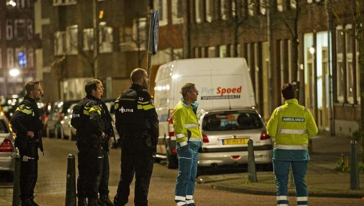 Politisti olandezi la Rotterdam, nu departe de locul unde a fost arestat un francez bànuit cà pregàtea un atentat în Franta, 27 martie 2016