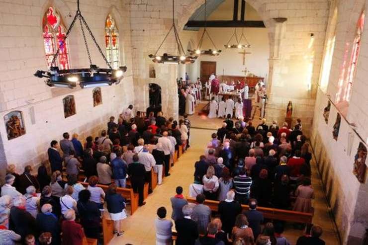 Slujba de redeschidere a bisericii de la Saint-Etienne-du-Rouvray, cea în care fusese asasinat de jihadisti preotul Jacques Hamel