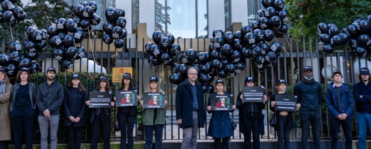 Militanti RSF în fata ambasadei Rusiei din Paris, 7 octombrie 2021.