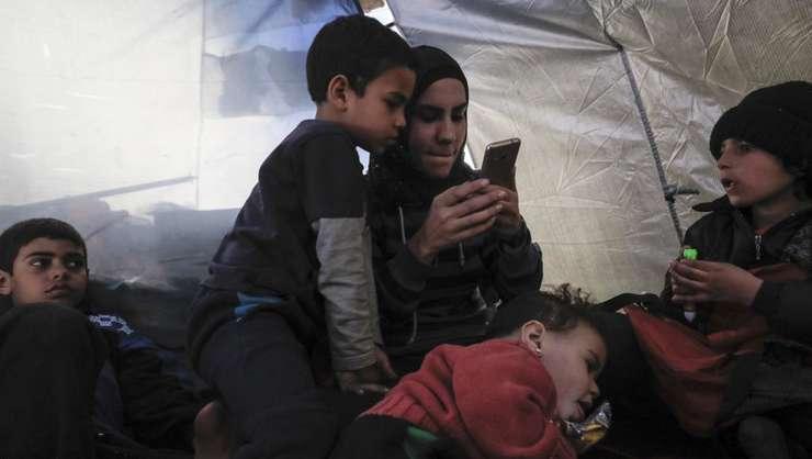 O mamă şi copiii ei într-o tabără de prizonieri jihadişti din nordul Siriei, februarie 2018