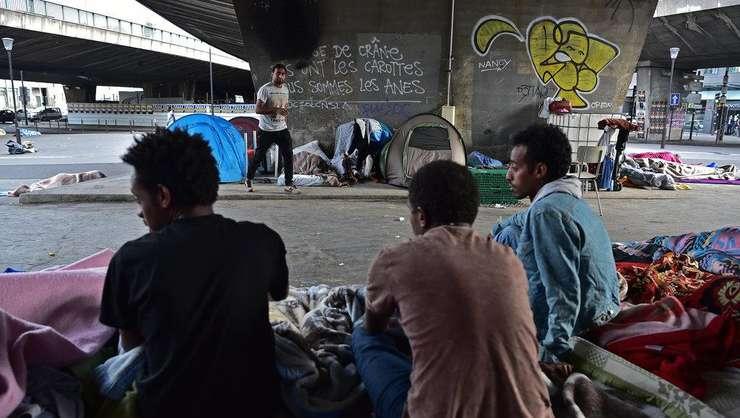 Imigranti la Porte de la Chapelle, în nordul Parisului, în iunie 2017