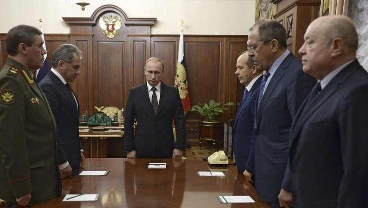 Vladimir Putin cu seful statului-major al fortelor armate, Valery Gerasimov, ministrul Apàràrii Sergueï Choïgou, seful FSB, Alexander Bortnikov si ministrul de externe, Sergueï Lavrov la Kremlin, pe 17 noiembrie 2015