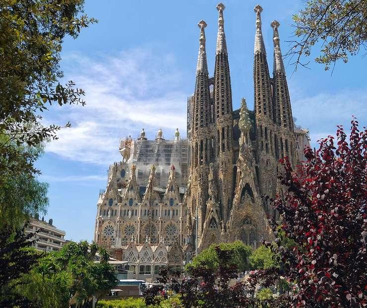 Sagrada Familia, celebra catedrală din Barcelona, concepută de arhitectul Antoni Gaudi, a primit autorizația de construcţie, după ce, timp de 137 de ani, a funcţionat ca şantier ilegal.