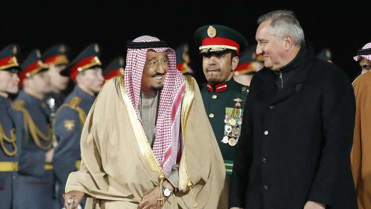 Regele Salman al Arabiei saudite întâmpinat de vice-premierul rus Dmitri Rogozîn la sosirea sa la Moscova