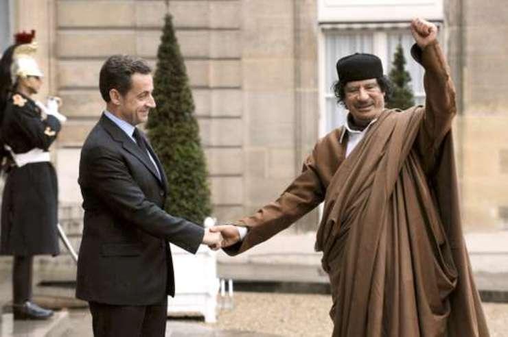Nicolas Sarkozy si Muammar Gadafi pe peronul palatului Elysée, 10 decembrie 2007
