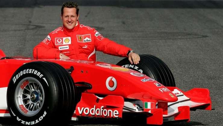 Michael Schumacher, în 2006, pozând alàturi de un bolid Ferrari