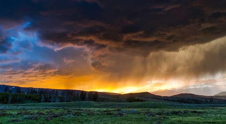 Ploi şi vijelii vor avea loc în aproape toată ţara, în următoarele trei zile (Sursa foto: pixabay.com)