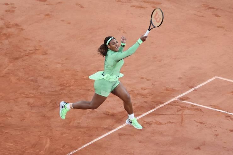 Serena Williams s-a calificat în turul doi al turneului de la Roland-Garros dupà ce a învins-o în douà seturi pe românca Irina-Camelia Begu. 31 mai 2021.