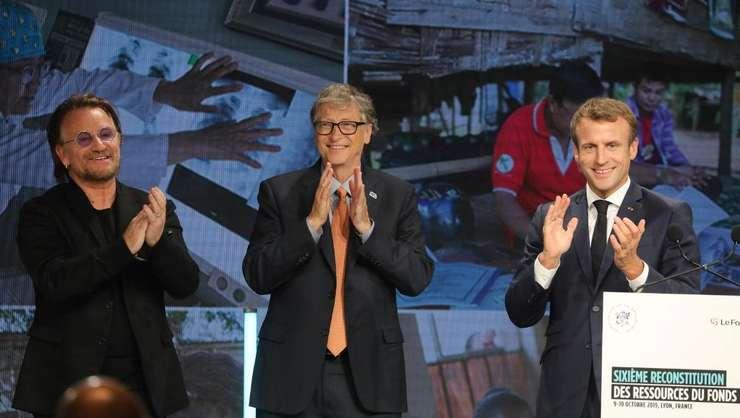 Cântàretul de rock irlandez Bono, miliardarul american Bill Gates, fondatorul firmei Microsoft, si presedintele Frantei Emmanuel Macron, la reuniunea de la Lyon a Fondului mondial de combatere a bolilor Sida, paludism si tuberculozà