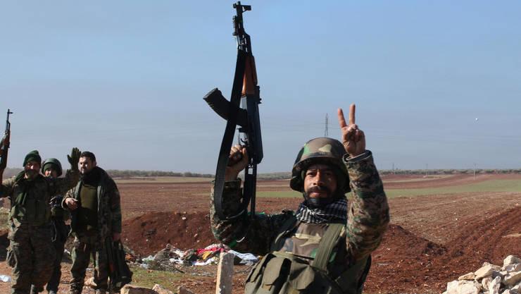 Soldat pro-guvernamental fotografiat în februarie 2016 în nordul Siriei