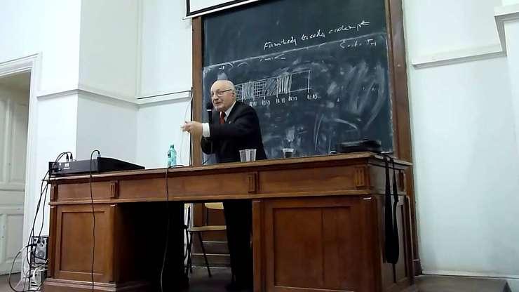 Solomon Marcus este autor a numeroase studii interdisciplinare, cunoscut pentru analizele sale de lingvistică matematică