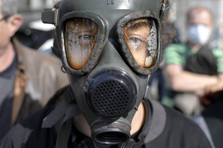O persoană cu mască de gaze participă la un protest pentru aer curat, organizat de comunitatea Declic, în fața Ministerului Mediului, 4 martie 2020 (Sursa: MEDIAFAX FOTO/Andreea Alexandru)