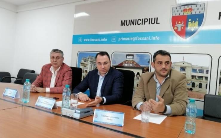 Cristian Stoica (primul din dreapta)