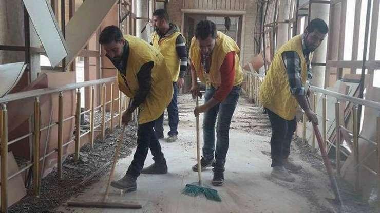 Studenti si profesori curata Universitatea din Mosul