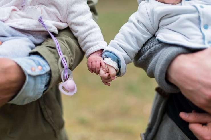 Guvernul vrea să plafoneze indemnizaţia pentru creşterea copilului (Sursa foto: pixabay.com)