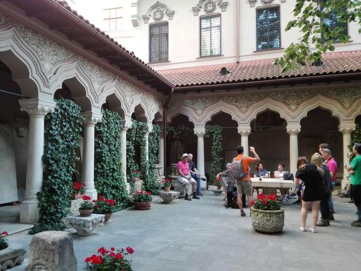 Turişti străini, în curtea Bisericii Stavropoleos din Bucureşti (Foto: RFI/Cosmin Ruscior)