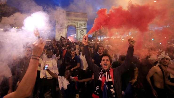 Suporterii francezi au invadat Champs-Elysées dupa victoria Albastrilor în fata Belgiei pentru semifinala Cupei Mondiale