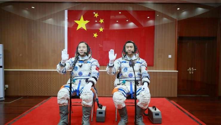 Jing Haipeng si Chen Dong înaintea decolàrii lor, 17 octombrie 2016