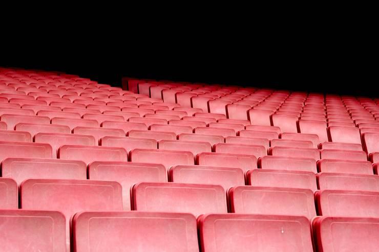 Scaune fara spectatori intr-o sala de teatru