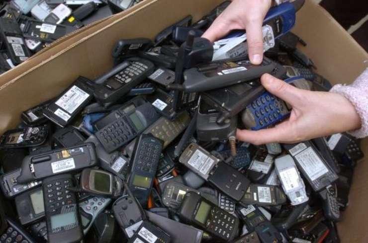 """Cutii cu telefoane mobile la """"Les Ateliers du Bocage"""" destinate sà fie reciclate sau reparate - foto 2006"""