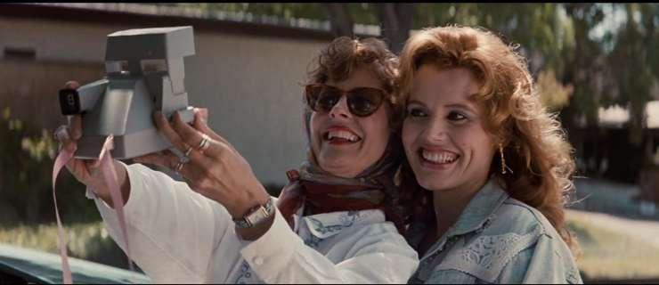 """""""Thelma and Louise"""", filmul lui Ridley Scott în care eroinele îsi fac singure poze cu un Polaroid"""