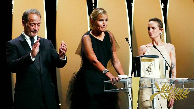 """Regizoarea Julia Ducournau, Palme d'or 2021, înconjuratà de principalii doi actori din filmul """"Titane"""", Agathe Rousselle si Vincent Lindon."""