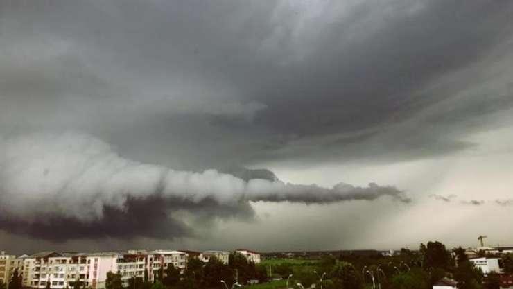 Fenomen meteo neobișnuit, surprins la Baia Mare (Sursa foto: Facebook/Paul Ursachi)