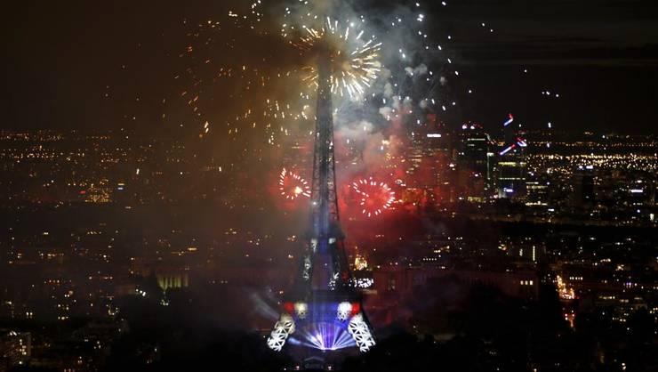 Tour Eiffel în timpul spectacolului pirotehnic de pe 14 iulie 2015