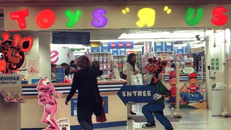 """După atentatele de pe 13 noiembrie 2015 din Franţa numeroase magazine Toys """"R"""" au retras de pe rafturi armele din plastic"""