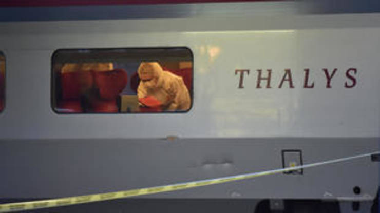 Anchetatori la bordul trenului Thalys Amsterdam-Paris unde a avut loc tentativa de atac terorist în 15 august 2015.