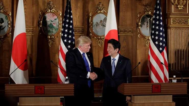 Presedintele american Donald Trump si premierul japonez Shinzo Abe la conferinta de presà comunà, luni 6 noiembrie 2017, la Tokio