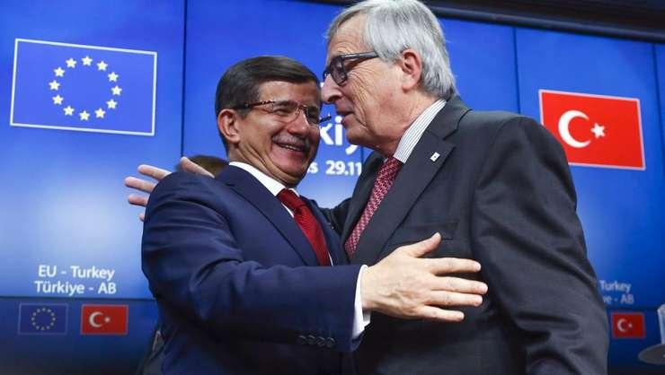 Premierul turc, Ahmet Davutoglu şi preşedintele CE, Jean-Claude Juncker (Foto: Reuters/Yves Herman)