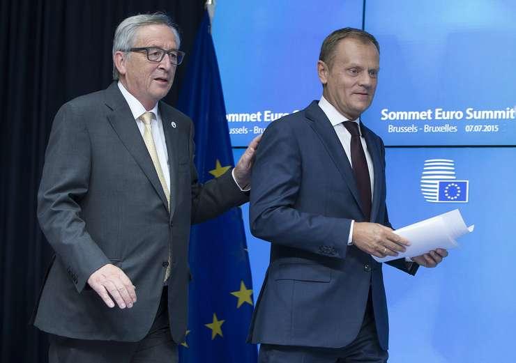 Preşedintele Comisiei Europene, Jean-Claude Juncker (s) şi şeful Consiliului European, Donald Tusk (Foto: Reuters/Yves Herman)