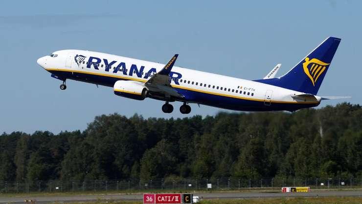 Un avion Ryanair decoleaza de pe aeroportul din Riga, Letonia