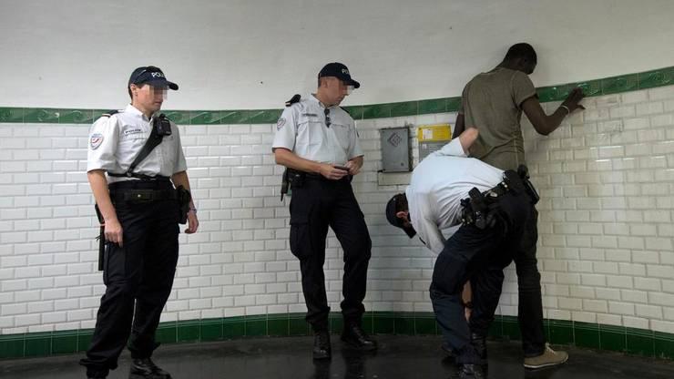 Un control al politiei franceze în statia de metrou Barbès, Paris.