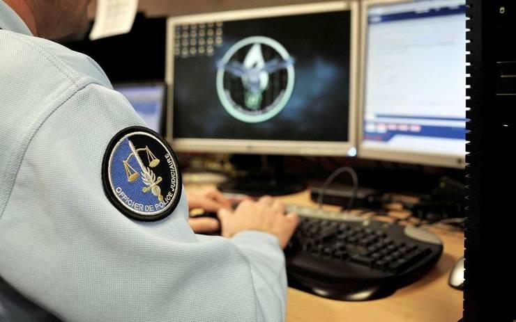 Un jandarm de la Brigada de Represiune a criminalitatii informatice poate fi observat la munca.