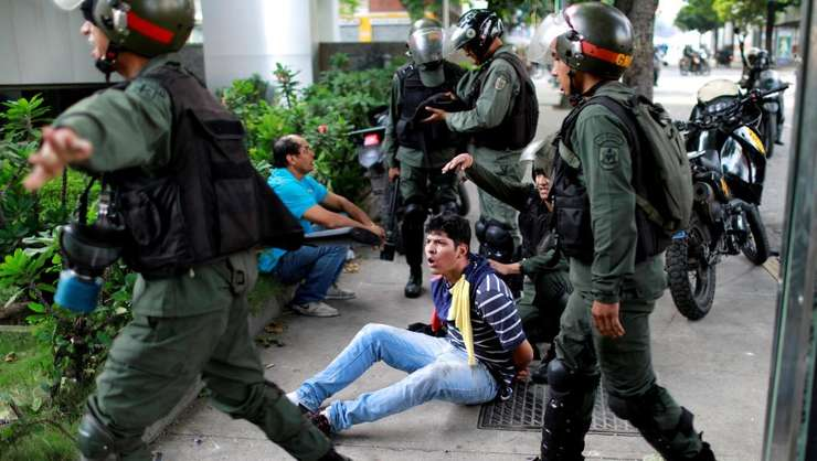 Un manifestant este oprit la Caracas, 27 iulie 2017