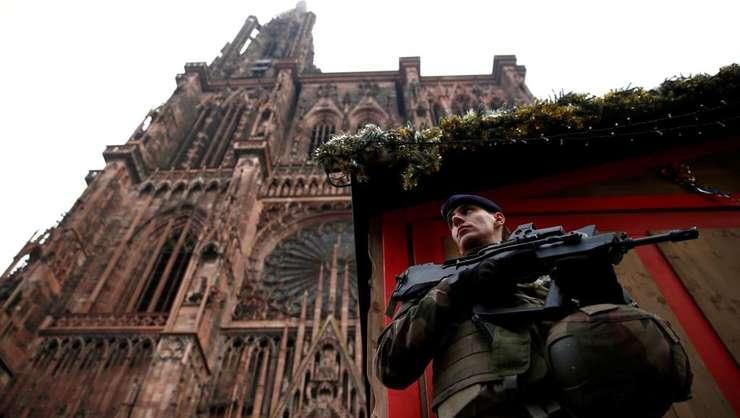 Un militar se afla în fata unei cabane din cele 300  instalate în Piata de Craciun din Strasbourg, lânga Catedrala, dupa atacul soldat cu 3 morti.