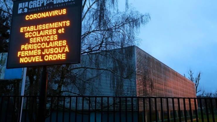 Un panou poate fi vazut în fata liceului Jean de la Fontaine, la Crépy-en-Valois, 2 martie 2020. El atentioneaza ca unitatile scolare sunt închise.